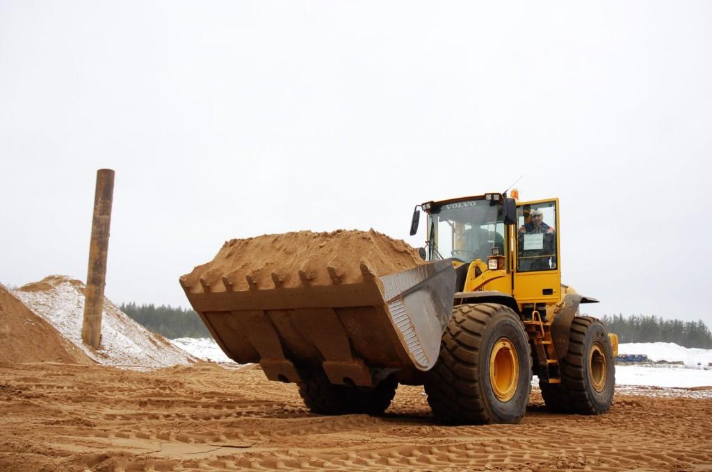 В строительстве песок широко используется в насыпных работах