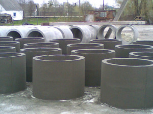 Бетонные кольца создаются из мелкозернистого бетона путем вибропрессования.