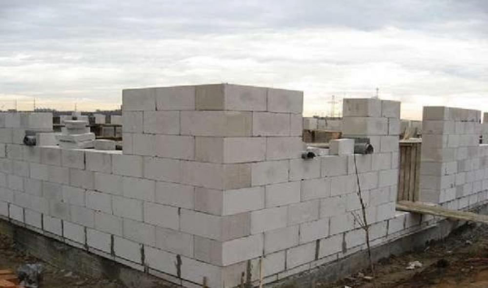 Благодаря небольшому весу газосиликатные блоки обеспечивают низкое давление на фундамент.