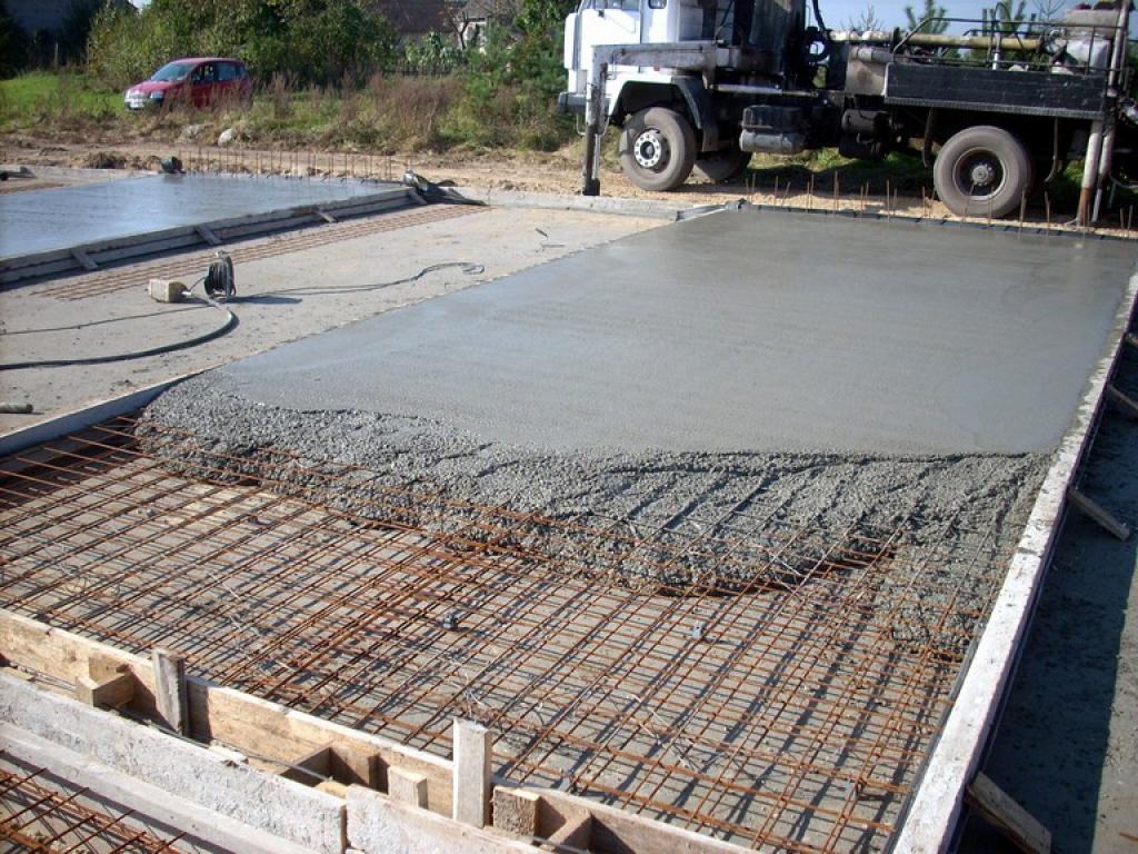 После смешивания бетонного состава, необходима срочная заливка.