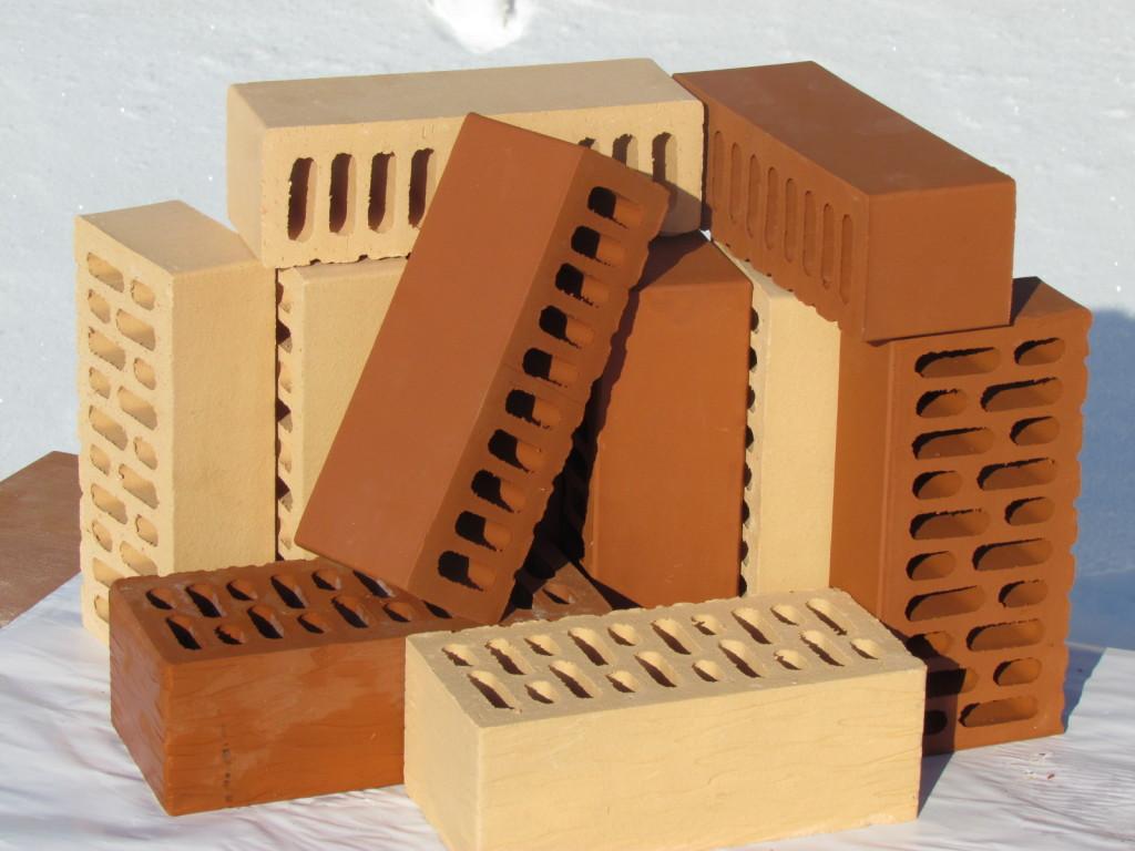 Качественный кирпич имеет ровную поверхность без трещин и издает звонкий звук при щелчке.