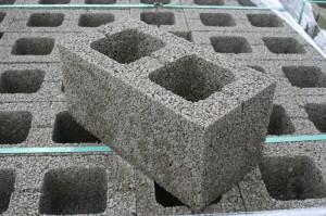 Низкая цена и отличные теплоизоляционные свойства сделали керамзитобетонные блоки очень популярным материалом.
