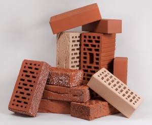 Кирпич широко используется как при возведении каркасов зданий, так и для облицовочных декоративных работ.