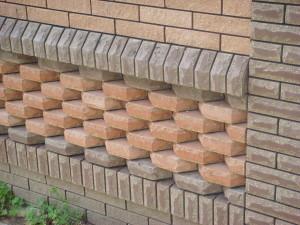 Цокольный кирпич используется при возведении подвалов, цоколей и укладки фундаментов