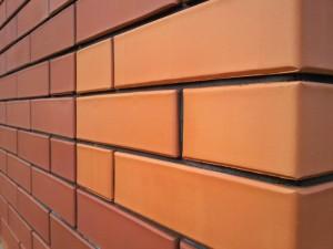 Кирпич широко используется в строительстве и декорации зданий.