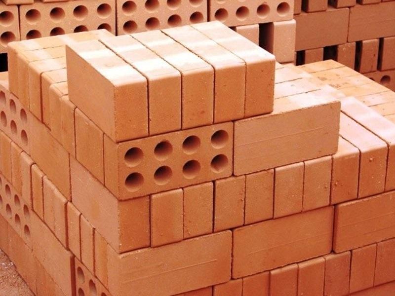 Кирпичи различаются по размеру, форме и назначению. Так, есть пустотелые и полнотелые кирпичи, последние тяжелее и дороже в производстве.