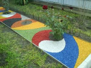 Декоративный щебень может различаться по цвету и диаметру