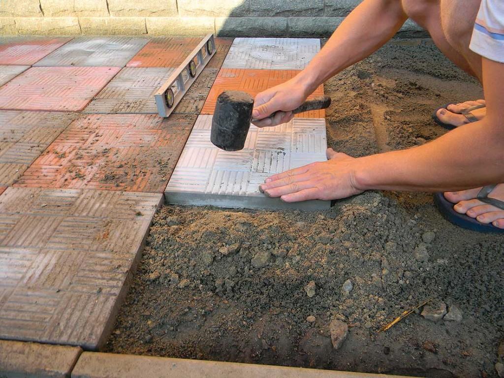 Тротуарная плитка может использоваться как для садовых дорожек, так и для тротуаров
