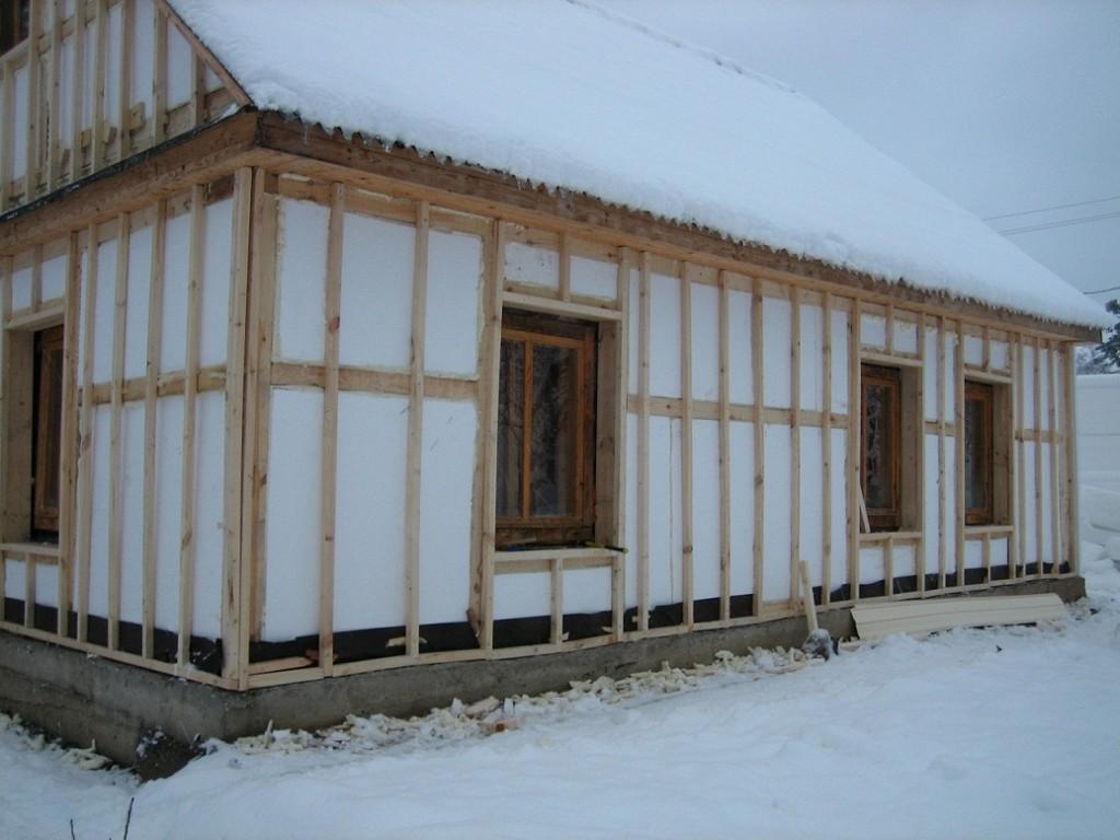 Утепление пенопластом используется как при строительстве коттеджей, так и для многоэтажных зданий