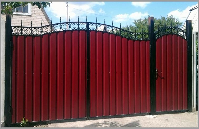 Кроме прочих назначений, из профнастила сооружаются прочные ворота, которые не ржавеют, благодаря антикоррозийному покрытию